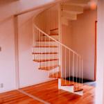 住戸Bホール。らせん階段で上下をつなぐ