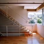 住戸A、1階の軽快な鉄骨階段