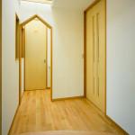 玄関。北側だが天窓が効き明るい