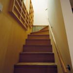 地下への階段。天窓効果で明るい
