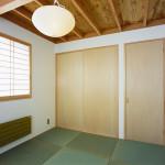 リビングと続き間の和室。琉球畳
