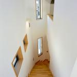階段。右はキッチン。会話が生まれる