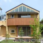 外観。丸いバルコニーと三角窓が特徴
