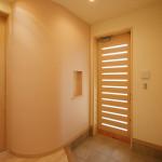 玄関。木製扉と天窓、丸い上り框