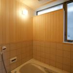 浴室。ヒバの板張りと断熱床タイル